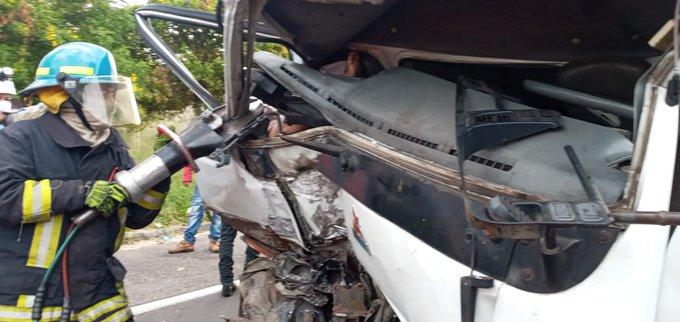 Camion choca contra rastra carretera Santa Ana
