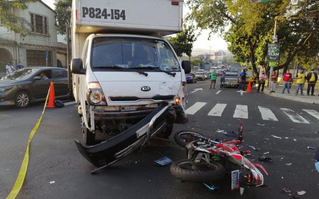 Motociclista fallecido en el cruce del parque cuscatlan