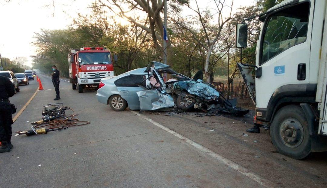 mujer falleció y 2 personas lesionadas en choque frontal